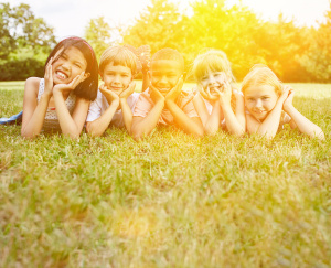 Glckliche Gruppe Kinder im Park im Sommer